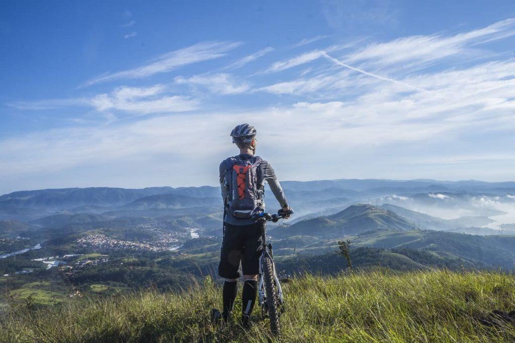 bicicleta de montaña en la cima