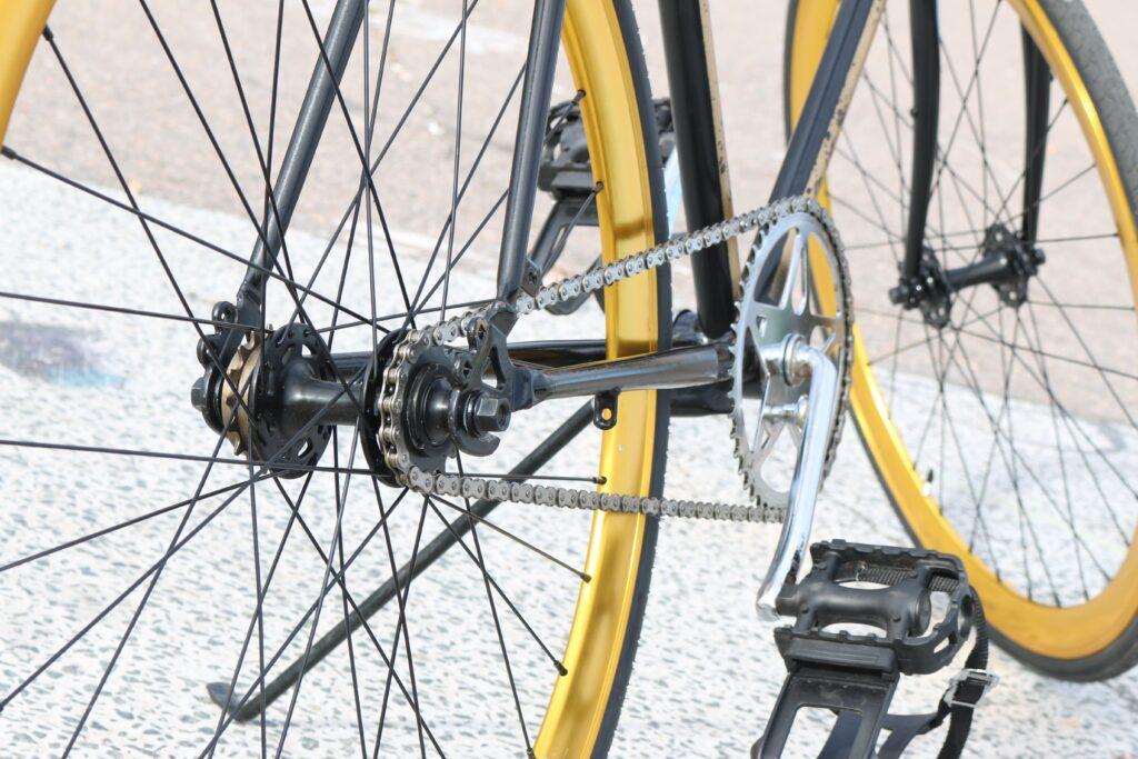 Pedales de bici amarilla