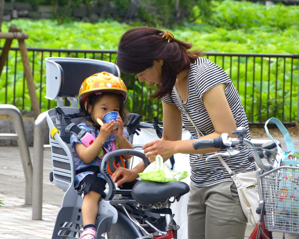 Niña en silla para bicicleta